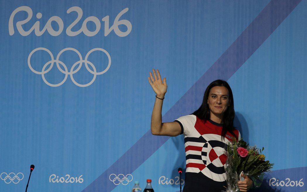 俄羅斯撐竿跳女王伊辛芭耶娃本屆奧運被禁賽,她今天在女子撐竿跳決賽前,召開記者會宣...