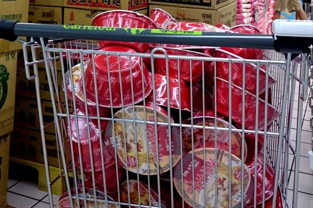 在國外比賽,可以吃到從台灣帶來的泡麵是很幸福的一件事 聯合報系資料照