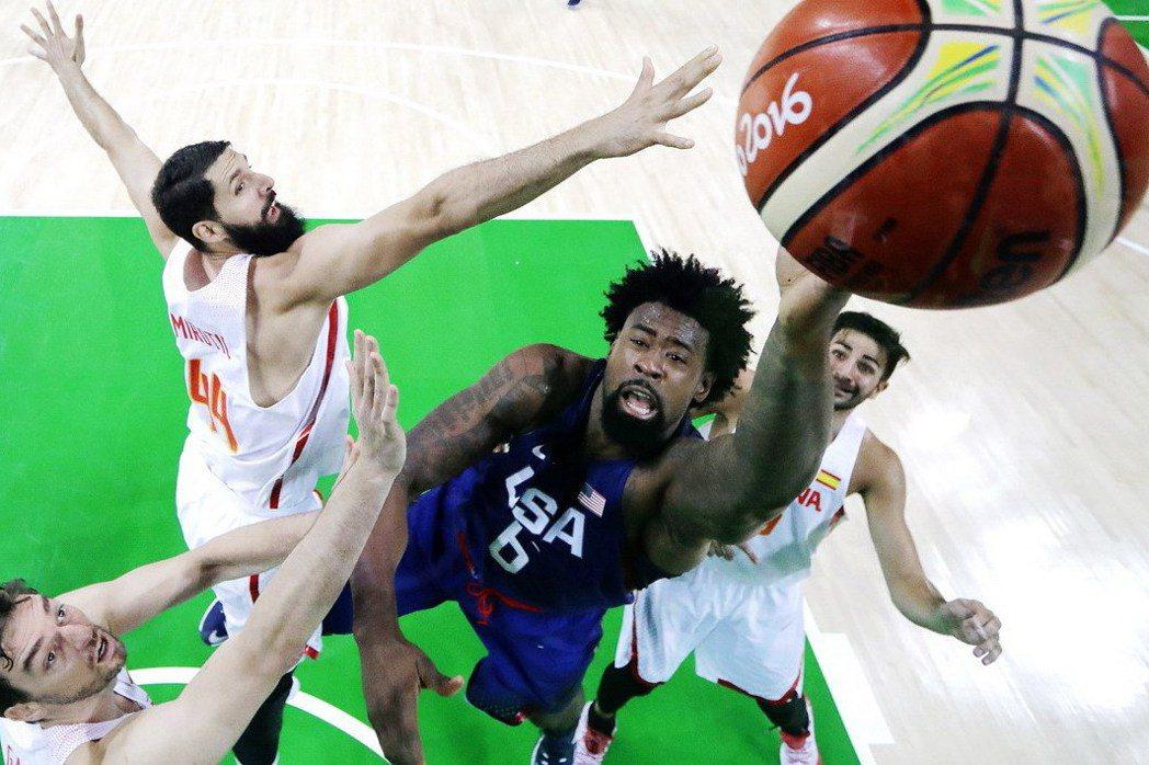 喬丹單場抓下16個籃板也追平了鄧肯在雅典奧運創下的球隊奧運紀錄。 美聯社