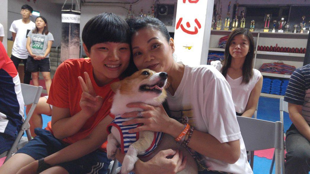 莊佳容(左)與蔡國鶯帶著陪伴莊佳佳3年的YUMI到場加油。