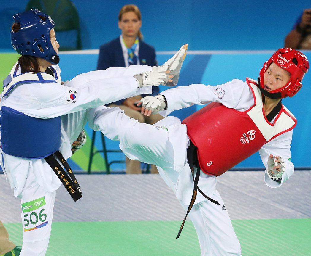 里約奧運跆拳道女子67公斤級賽事下午舉行,我國選手莊佳佳(右)在8強賽中出戰南韓...