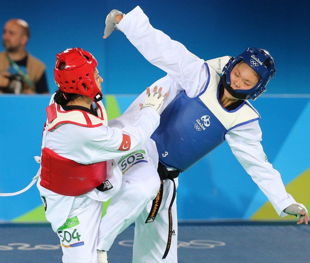 里約奧運67公斤級銅牌戰晚上舉行,中華隊跆拳道好手莊佳佳(右)出戰土耳其的塔塔爾...