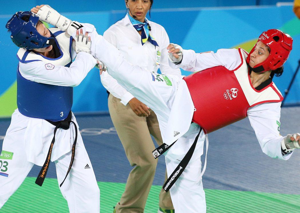 里約奧運67公斤級銅牌戰晚上舉行,中華隊跆拳道好手莊佳佳(左)出戰土耳其的塔塔爾...