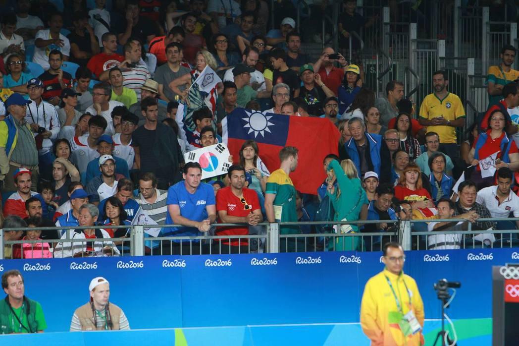 青天白日滿地紅出現在跆拳道銅牌戰場邊。記者彭薇霓/里約攝影