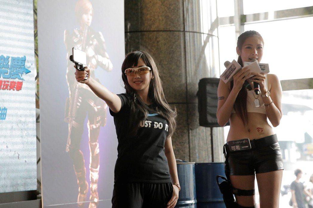 吳佳穎(左)示範舉槍,姿勢專業輕鬆。 圖/台灣競舞娛樂提供