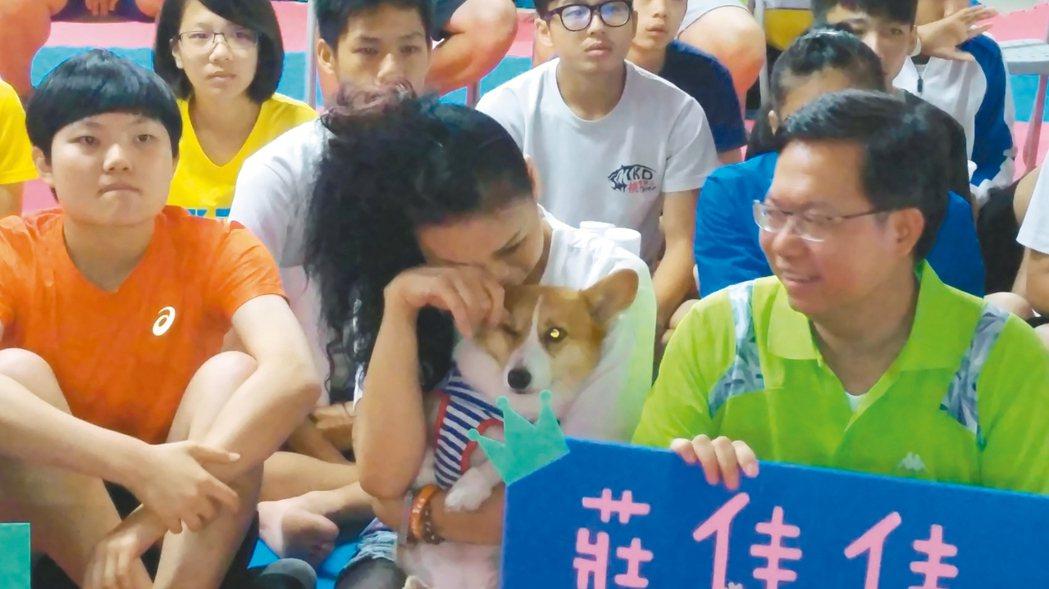 中華代表隊跆拳道選手莊佳佳昨天晉級8強,最後卻無緣銅牌,母親蔡國鶯三度紅了眼眶。...