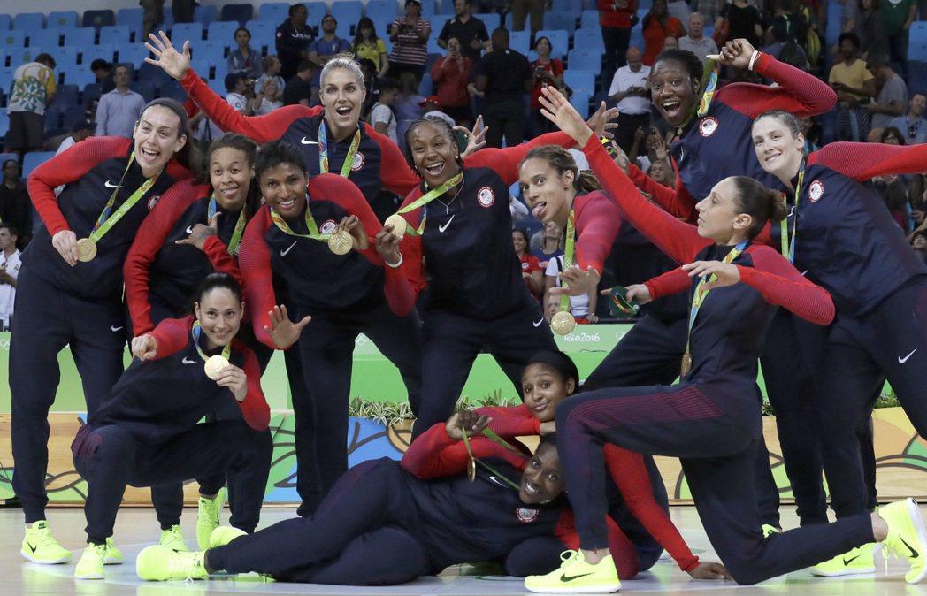 美國女籃完成6連霸,頒獎後搞怪拍照。 美聯社