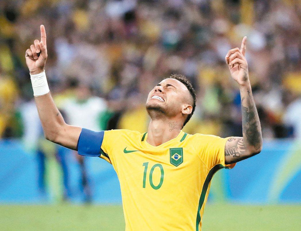 巴西足球明星內馬爾成為摘金英雄,先在正規賽踢進第一球,又在PK大戰攻進致勝球,以...