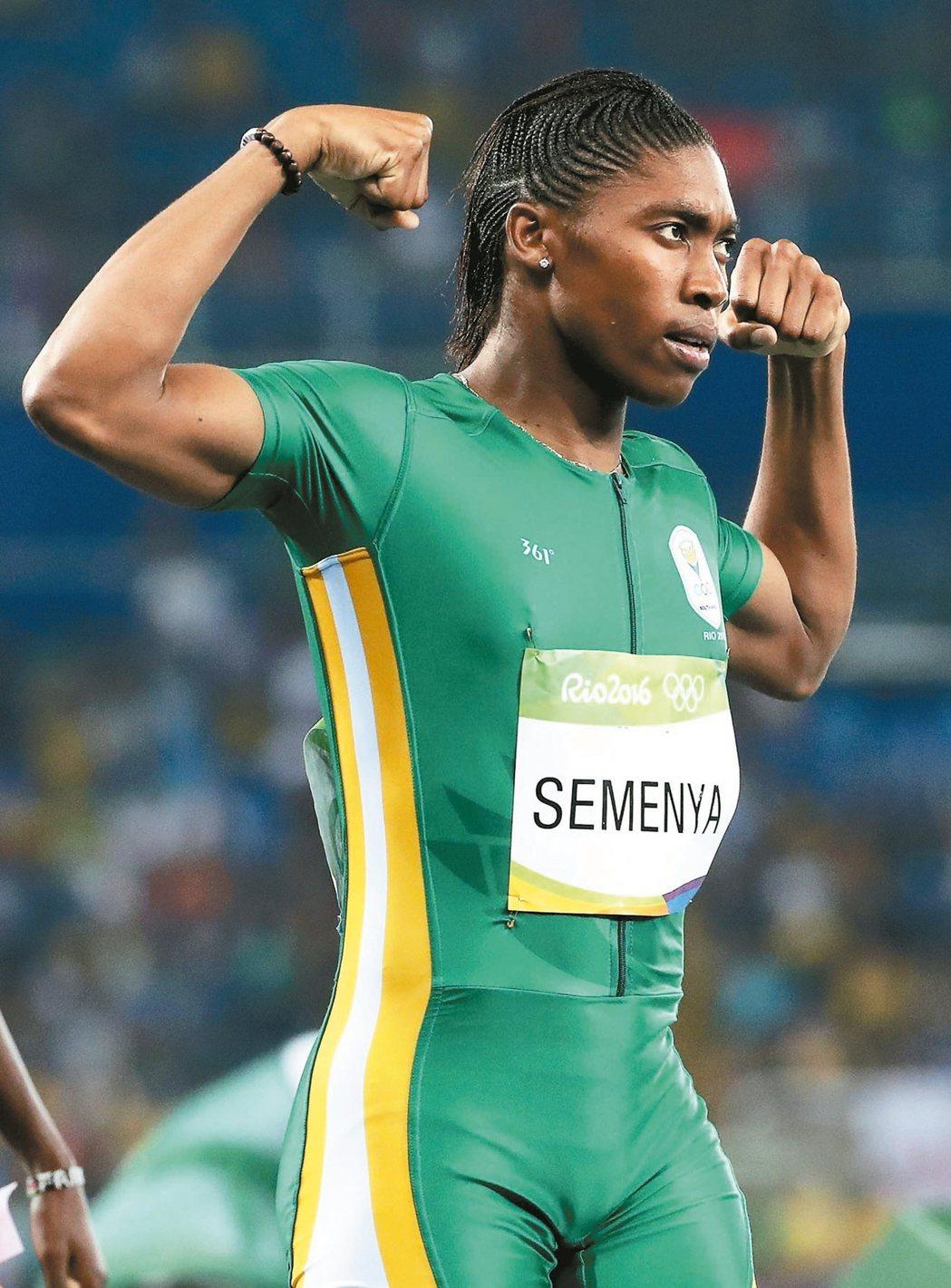 南非「雙性人」賽蔓雅率先衝過終點線後高舉雙臂,展現傲人的肱二頭肌。 歐新社