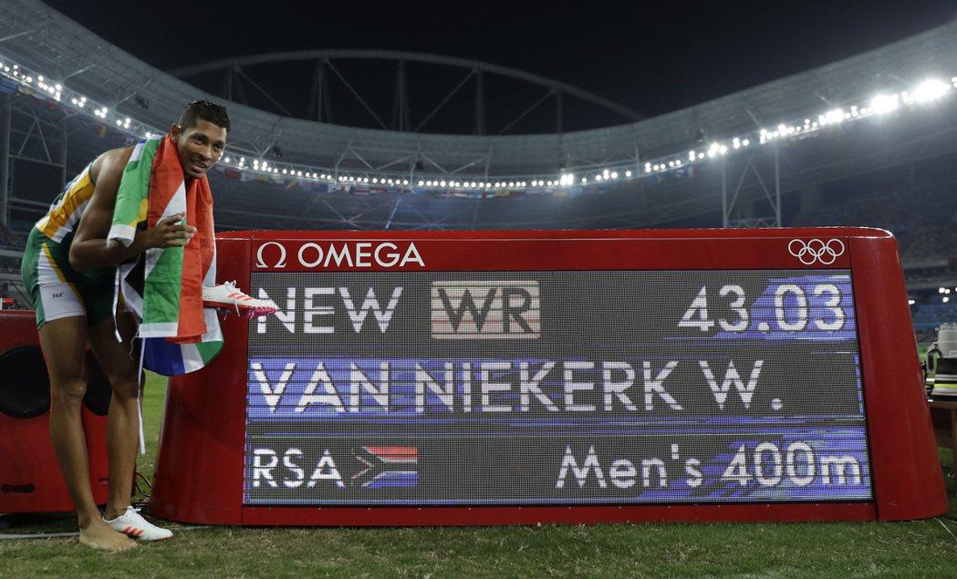 南非范尼凱克打破田徑男子400米世界紀錄,同時也是第一位第八道奪冠的選手。 美聯...