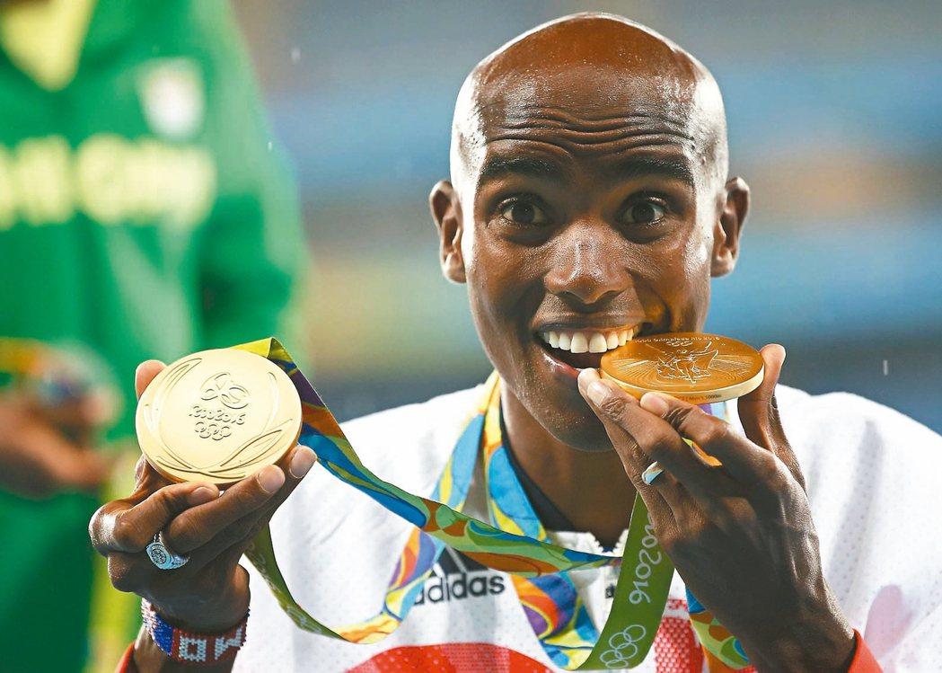 英國長跑好手法拉在里約奧運摘取男子5000、10000公尺雙金,賽後咬著金牌。 ...