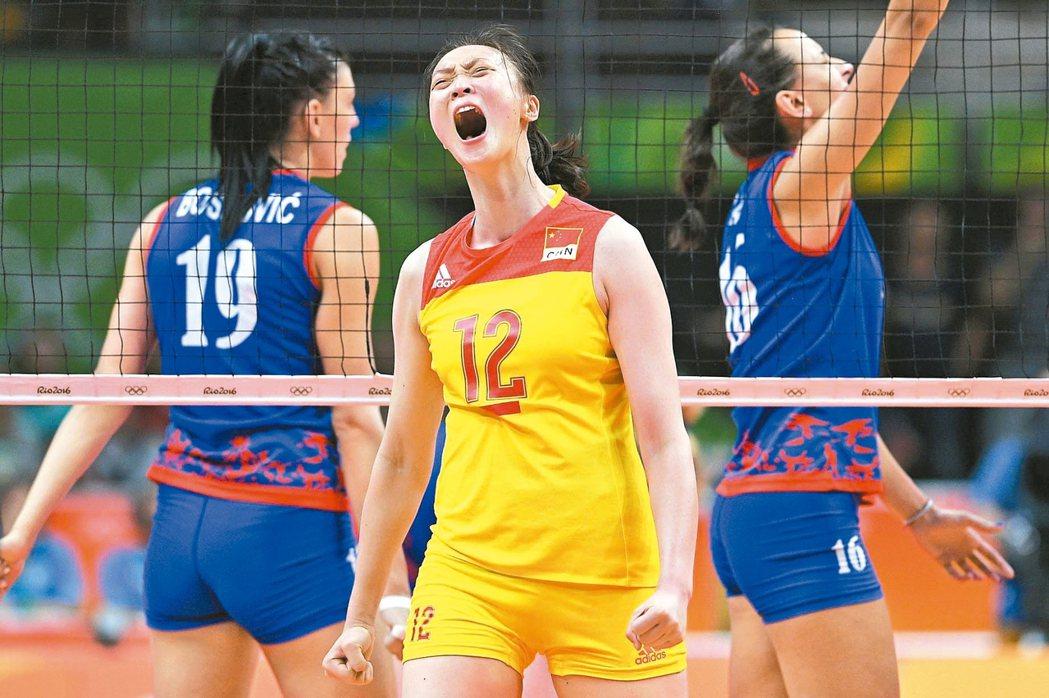 大陸女排隊惠若琪(前)在奧運金牌戰得分後狂吼,她帶隊第三次奪得女排金牌。 法新社