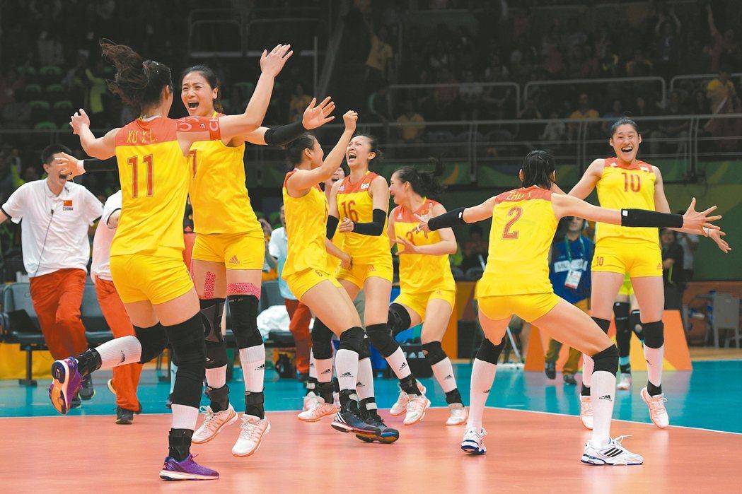 大陸女排隊在奧運金牌戰贏球,球員在場內興奮地慶祝。 法新社