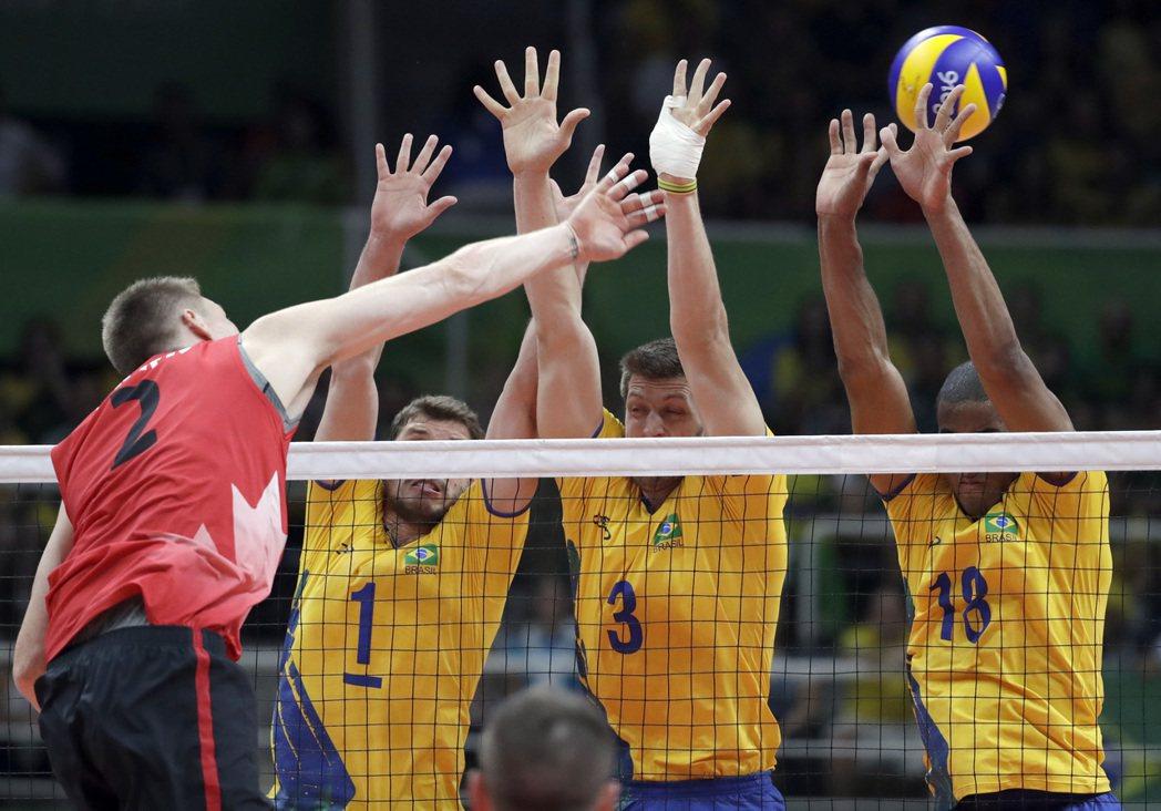 巴西(右)獲奧運男排金牌。 美聯社