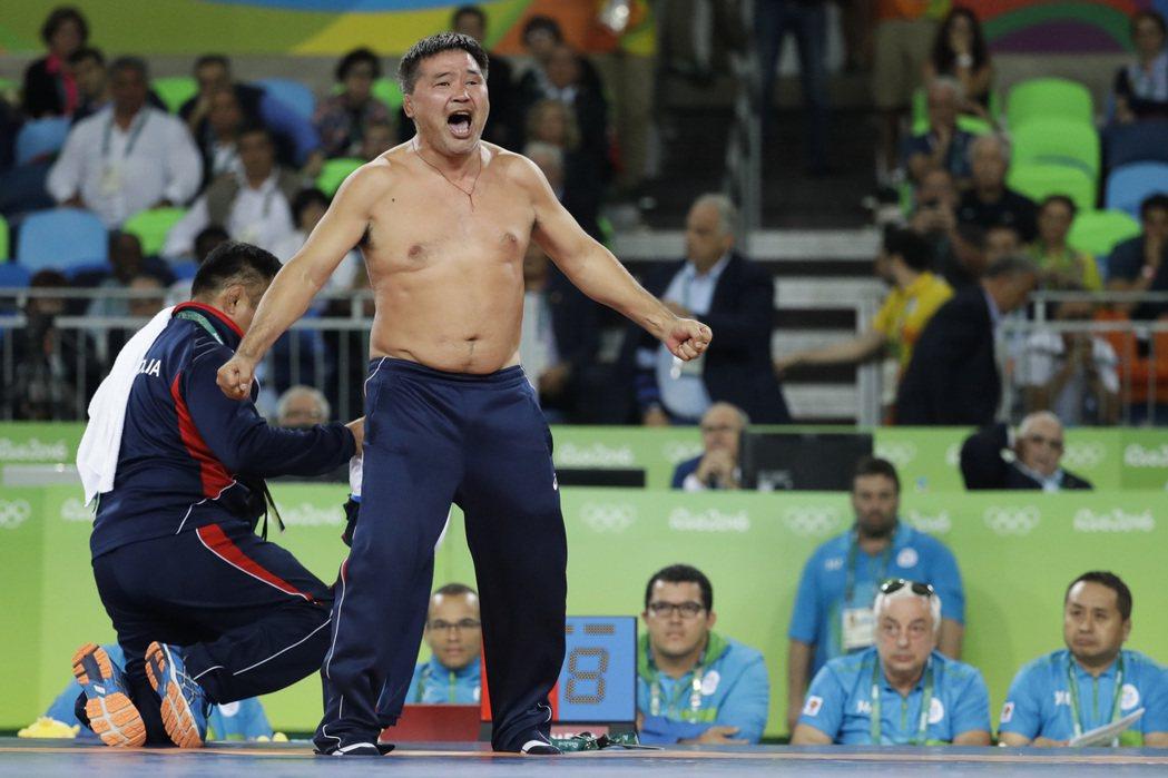 蒙古教練脫衣抗議。 美聯社