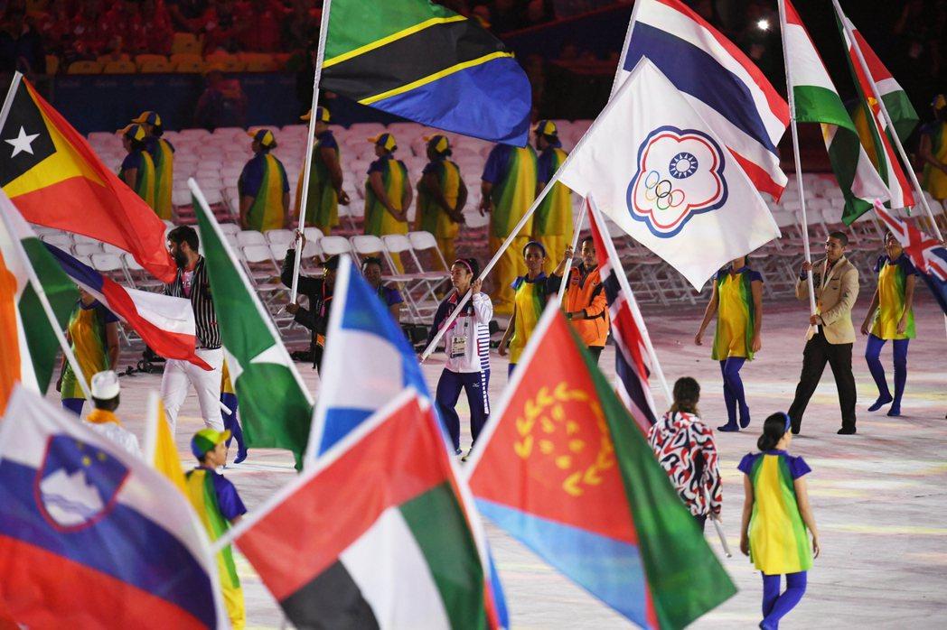 閉幕典禮上中華隊由舉重金牌女將許淑淨(後中)掌旗。 中央社