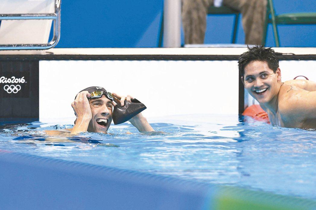 新加坡小將約瑟林(右)在100公尺蝶式賽程中打敗偶像菲爾普斯,一戰成名。 法新社