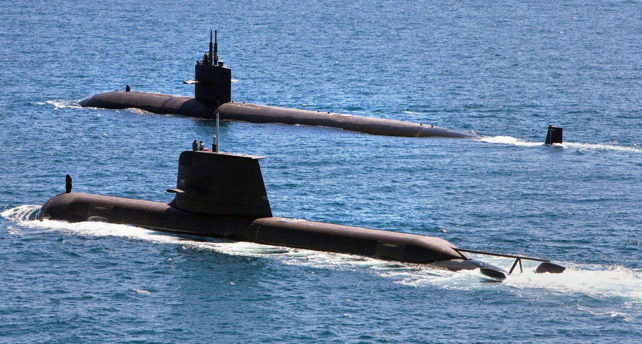 澳洲的瑞金斯號潛艇(近),後面是美軍洛杉磯級核子攻擊潛艇(Los Angeles...