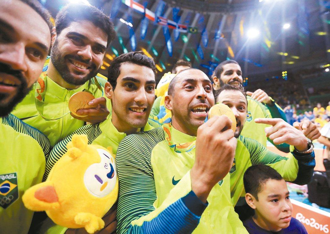 巴西男排隊贏得金牌,球員在場中慶賀。 路透