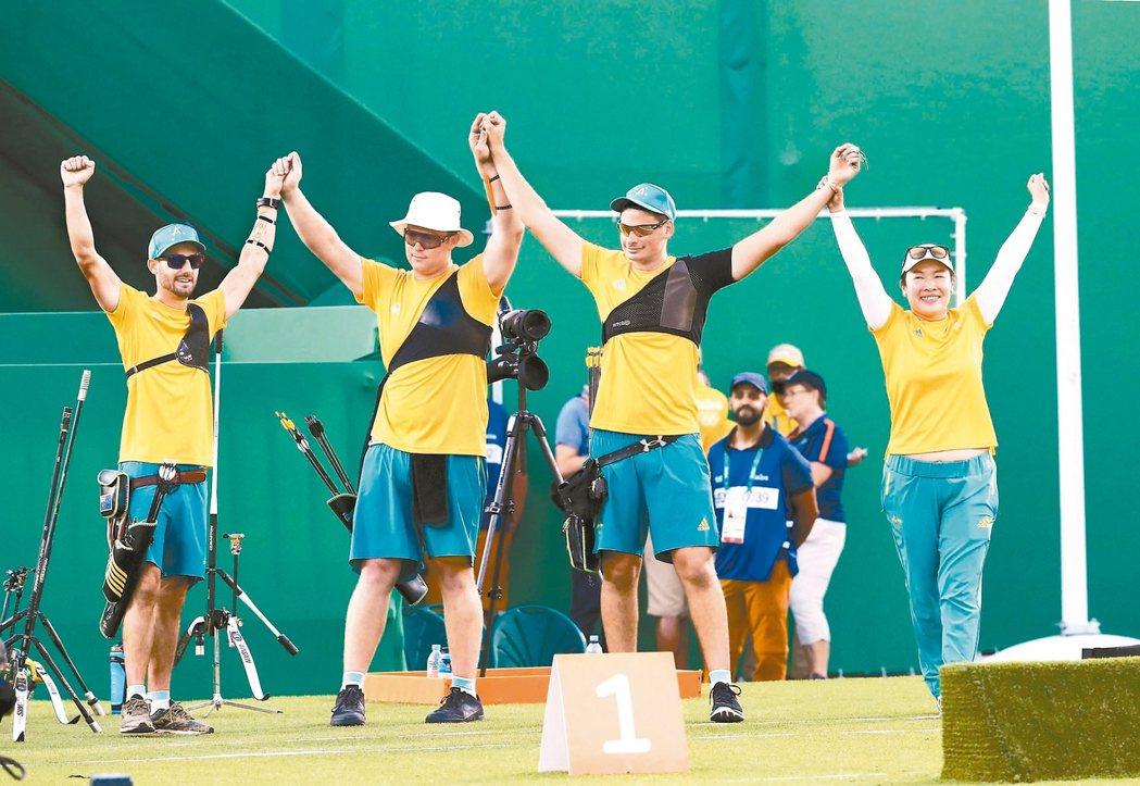 台灣教練施雅萍(右)助澳洲奪得男子射箭銅牌。 路透