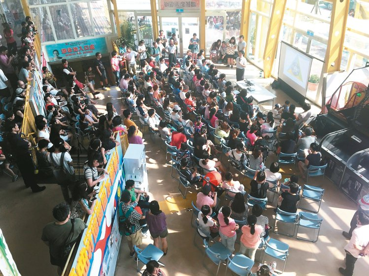全台首座公辦實驗學校北市和平實驗國小舉辦招生座談會,吸引上百位家長到場。 魏莨伊...