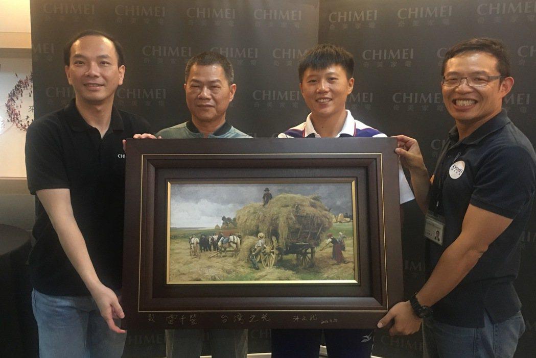 雷千瑩(右二)、父親雷良基(左二)接獲奇美營銷長沈永偉(左)、行銷長劉原宏(右)...