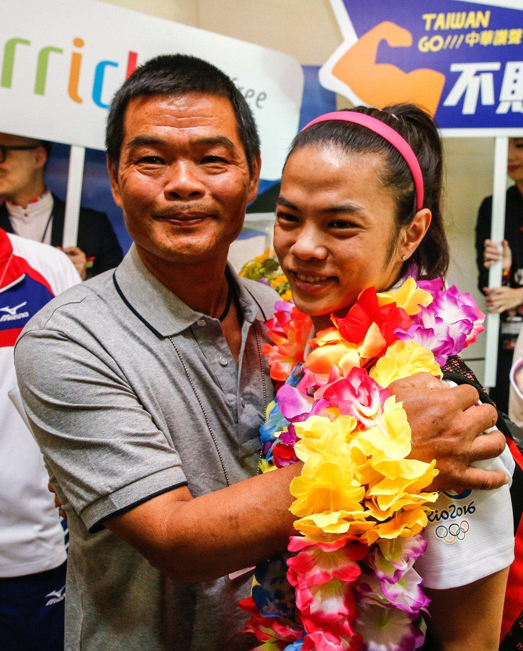 許爸爸親自前來接機,還靦腆地抱抱女兒。記者鄭超文/攝影