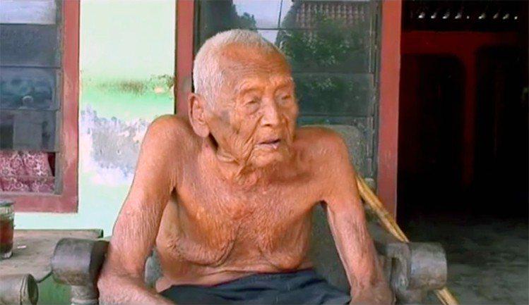 印尼爪哇中部有1名145歲的超高齡人瑞,是目前全世界最老的男性。 圖擷自The ...