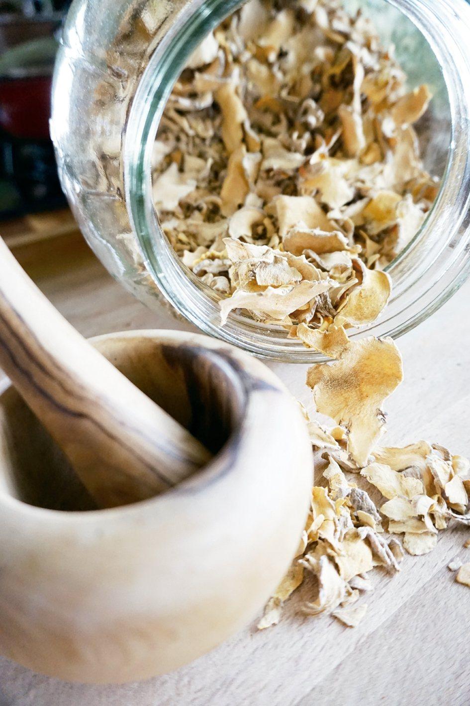 最簡單的薑黃食用法是切片乾炒,去水後保存在玻璃罐中。 朱慧芳