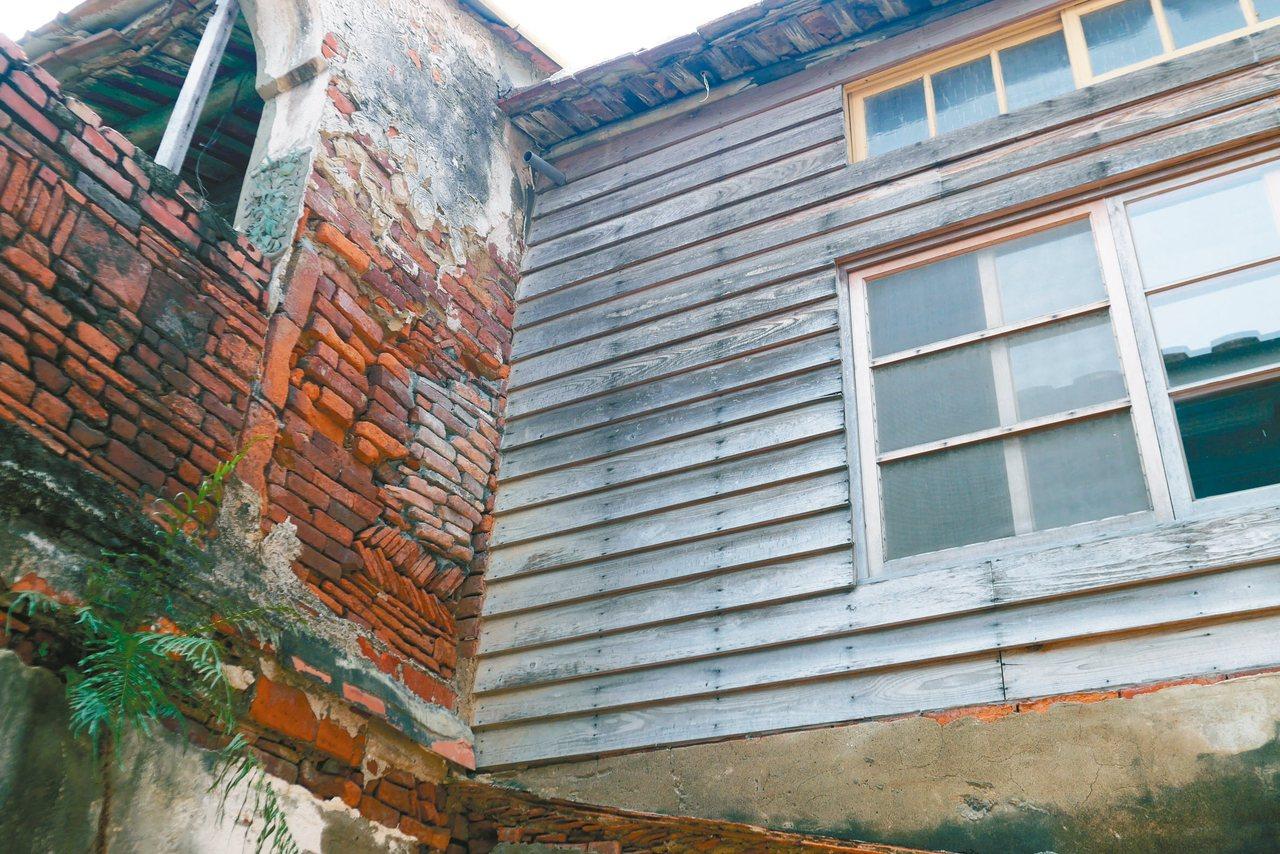雨淋板及人工砌作的紅磚頭仍保留原有樣貌。 記者鄭維真/攝影