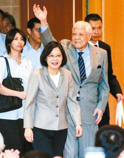 前總統李登輝(右)與蔡英文總統(左)昨天出席「人民直選總統暨台灣民主發展二十周年...