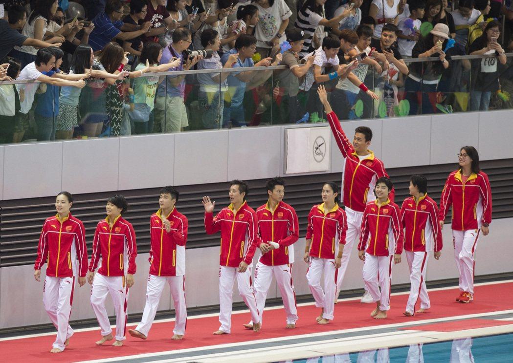 傅園慧(右)隨大陸奧運金牌選手訪港,受到相當大的歡迎。 新華社