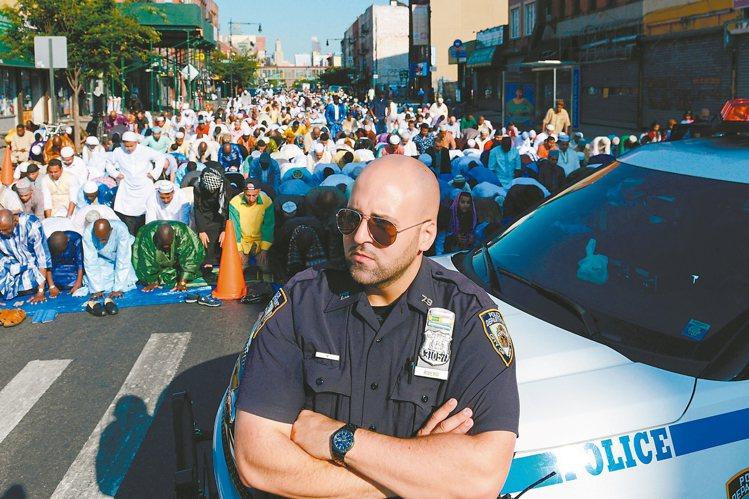 今年七月紐約穆斯林在街頭慶祝開齋節,警方到場戒備。 路透