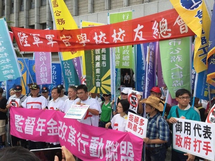 退伍軍公教勞在九月三日軍人節當天,在台北市發起年金遊行,集結凱道向政府表達維護年...