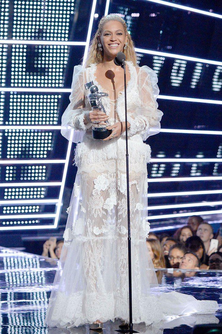 碧昂絲以YolanCris禮服領取最佳音樂錄影帶獎。圖/Level 6ix提供