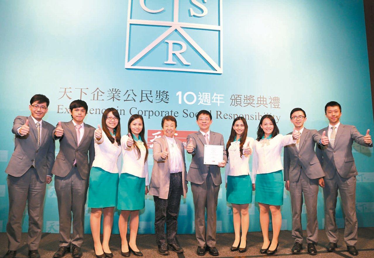 玉山金控連續十年蟬聯「天下企業公民獎」,創下台灣金融業的最佳紀錄。右五為玉山金控...