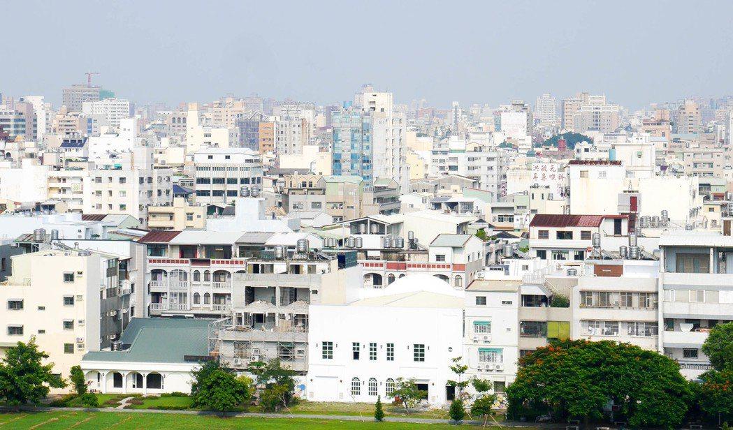 台南市政府將採3年漸進式調漲房屋稅,第一年漲54%、第二年漲65%、第三年漲81...