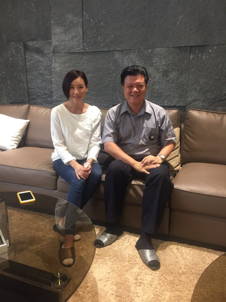 知名女星張本渝(左)2小時下訂購買員林的「大熊藏鋒」豪墅,並與大熊建設董事長梁信...