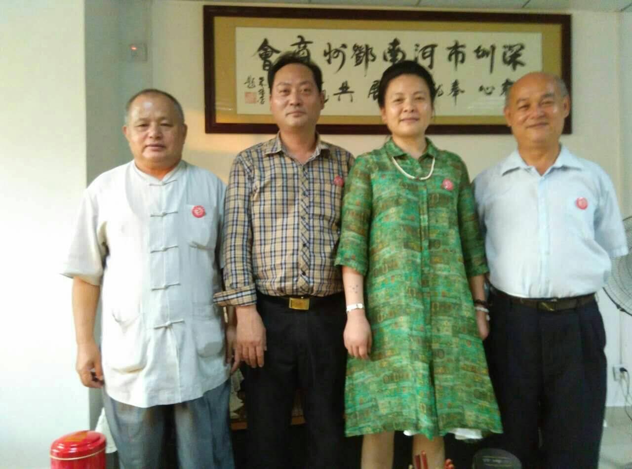 (右起)英國牛津大學藝術學院在台教學中心長柯沛鴻(右一)、習紅麗、習紅麗丈夫、...