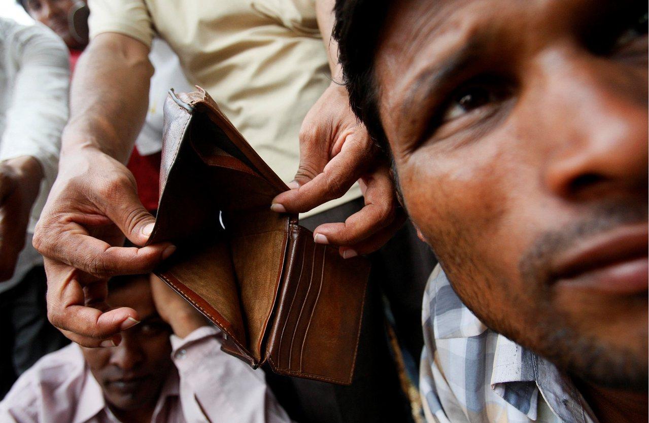 当我们差劲地对待外籍劳工,我们也会有所付出。图为被诈骗领不到钱的孟加拉移工。 ……