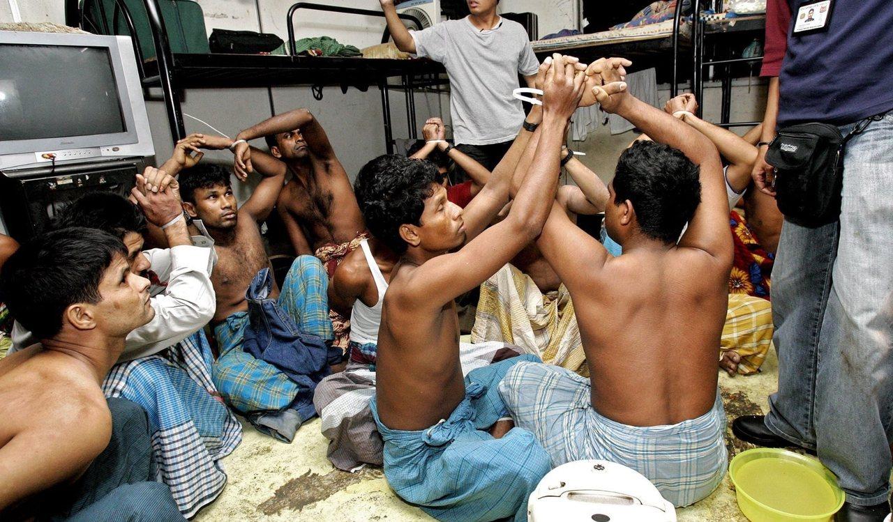 新加坡许多移工宿舍环境恶劣、卫生不佳。图为被新加坡人力部取缔的孟加拉非法移工。 ...