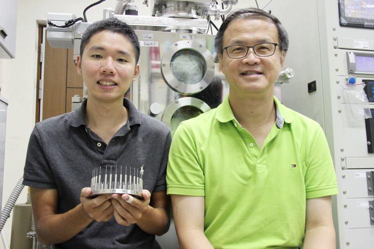 台科大朱瑾教授(右)與學生游家齊(左)團隊研究金屬玻璃鍍層針頭讓打針不痛,登上國...