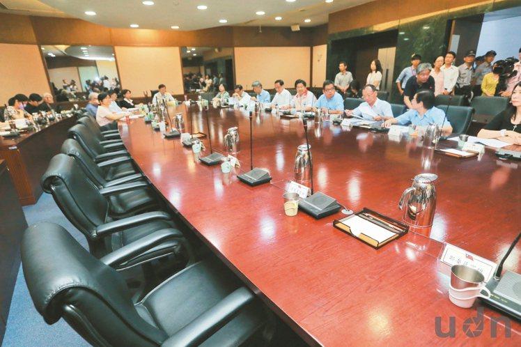圖為7月基本工資審議委員會開會情況,七位資方代表委員全缺席,留下一長排空位。勞動...