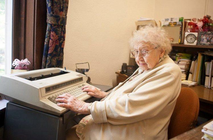 印第安納州庫佛城(Culver)1所私立預備中學,高齡99歲的學校秘書本週稍早慶...