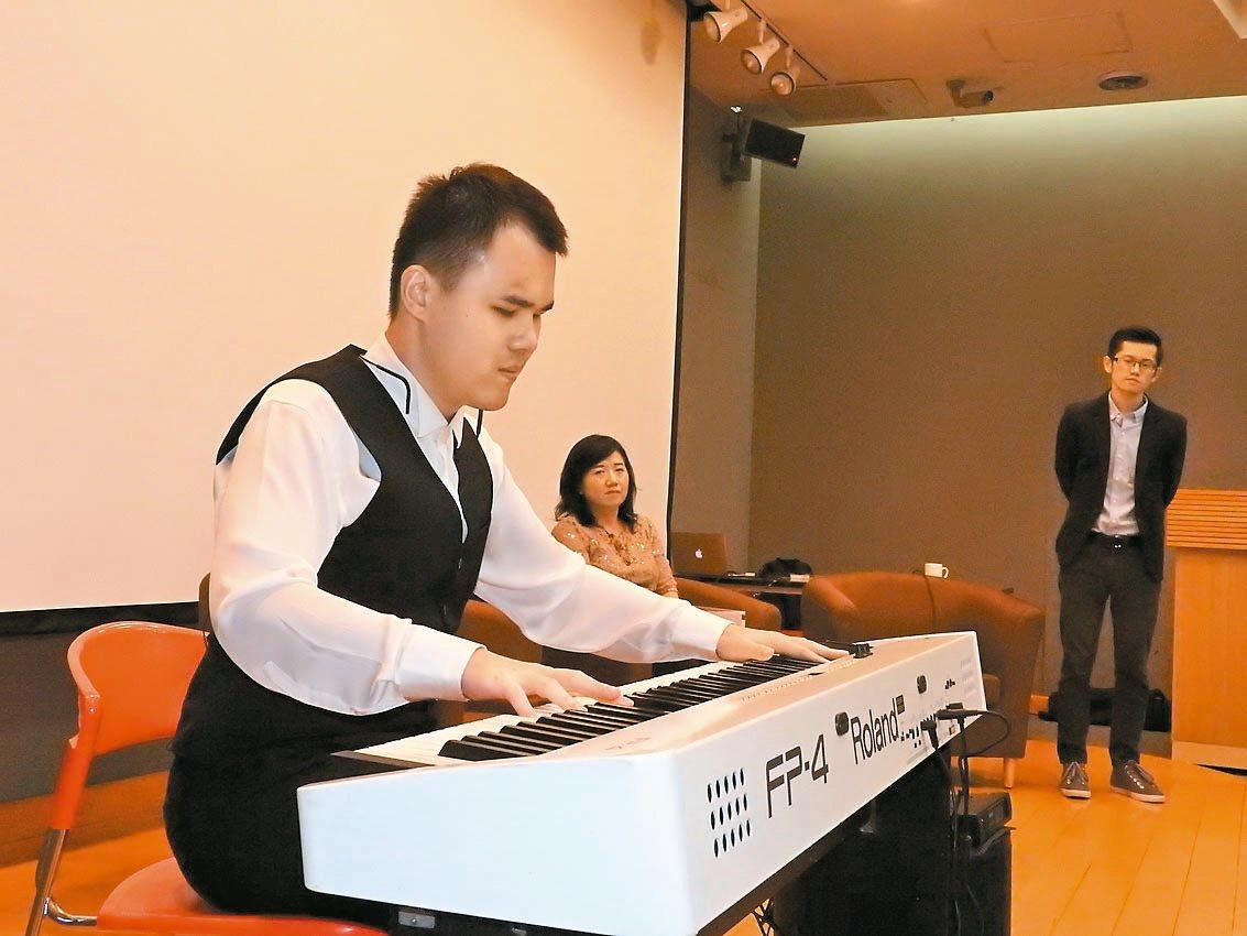 全盲鋼琴手許哲誠,分享他曾經受挫又站起的生命歷程。 記者祁容玉/攝影