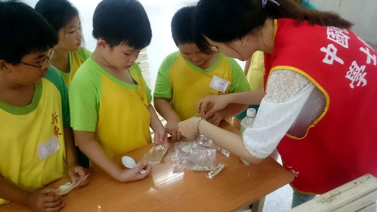 新東國小學生學習製作防蚊包,迫不及待想帶回家試用。記者邵心杰/攝影