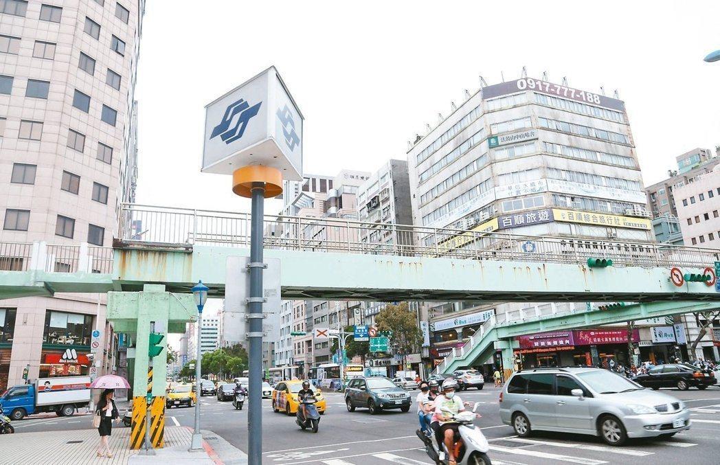 主計總處統計,台北市房價15年來飛漲3.5倍,但上班族薪資卻毫無起色。圖/報系資...