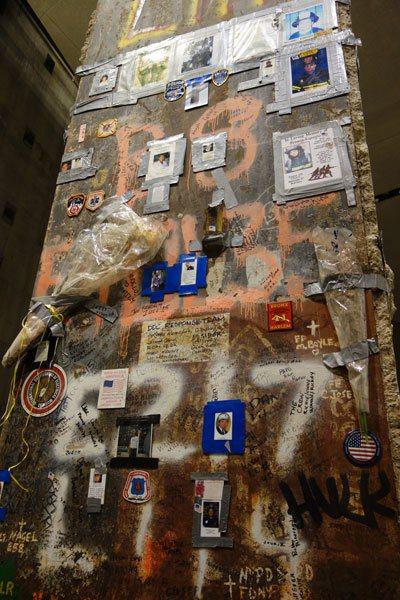 「最後的立柱」滿是感性留言、簽名和911罹難者的照片。 圖片提供╱遠見