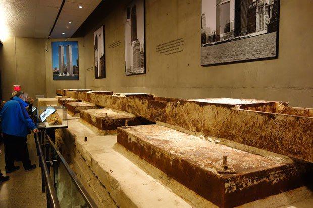 世貿大樓地基,牆上掛著當年興建雙塔時的老照片。 圖片提供╱遠見