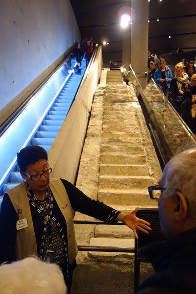 導覽員正在解說「倖存者樓梯」。 圖片提供╱遠見